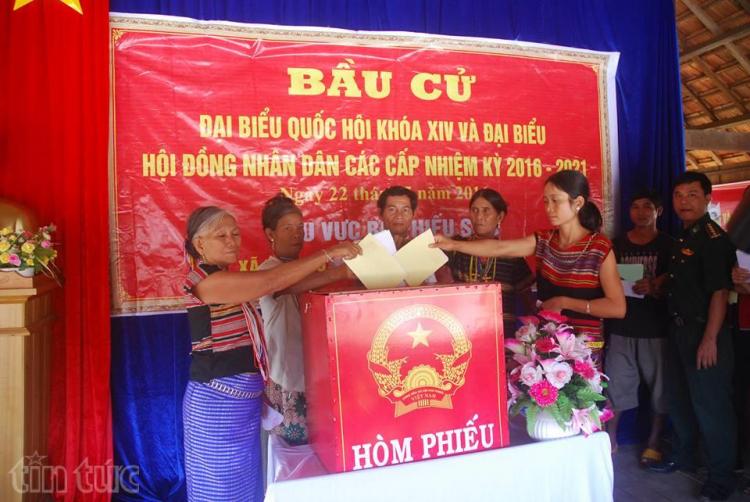 Đồng bào dân tộc Bờ Râu bỏ phiếu tại khu vực bầu cử số 6 xã Bờ Y, huyện Ngọc Hồi. Ảnh: TTXVN